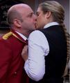 Caroline kysser Pelle.png