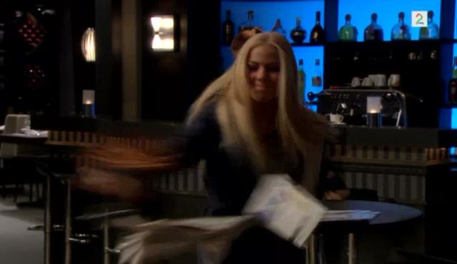 Fil:Birgitte klikker i baren.png