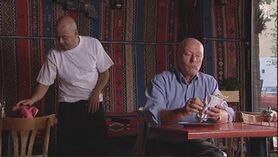 Eieren Karim og en av hans faste kunder, Viggo.
