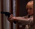 Eva med revolver.png