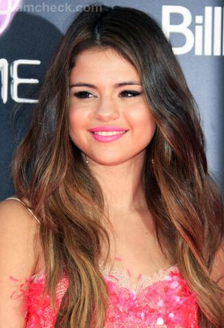 File:Selena at the Part of Me premiere.jpg