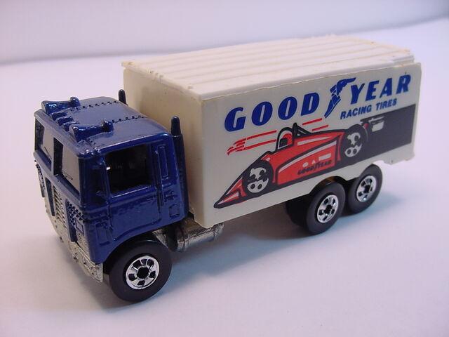 File:1987 hiway hauler goodyear Mala BW.jpg