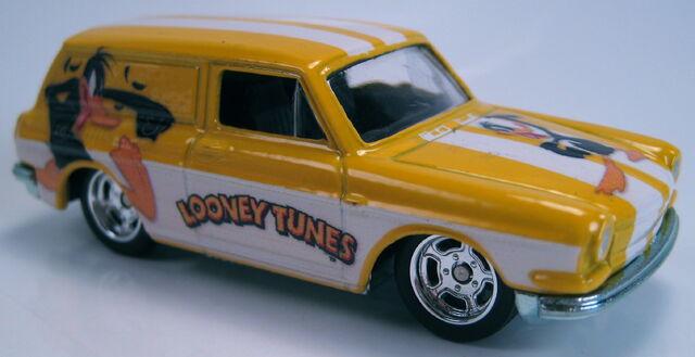File:Custom '69 Volswagen Squareback loony tunes daffy duck 2013.JPG