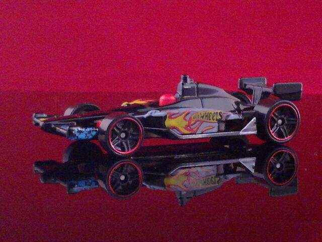 File:HT N8 2011 IndyCar Oval Course Race Car - V5330 - Dan Wheldon 010520132244.jpg
