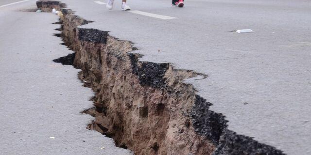 File:Earthquake-Road-Crack.jpg