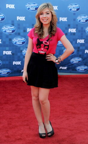 File:Jennette, one-arm down, at American Idol finale, 05-25-11 tumblr llsijz500.jpg