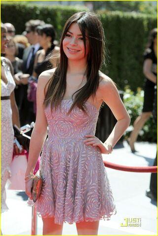 File:Miranda-Cosgrove-Emmys-Awards-2010-miranda-cosgrove-15009191-816-1222.jpg