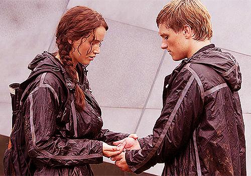 File:Katniss-and-Peeta-Berries-Scene.png