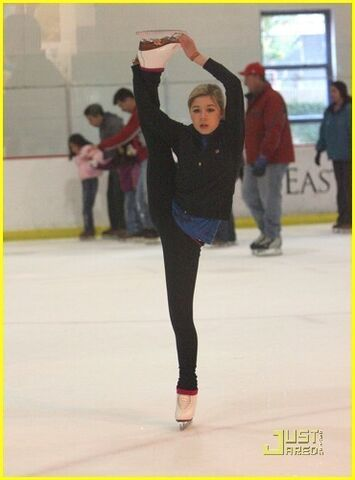 File:Jennette-mccurdy-and-ice-skating-gallery.jpg
