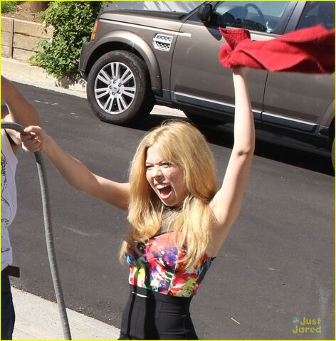 File:Jennette-mccurdy-car-wash-fun-03.jpg