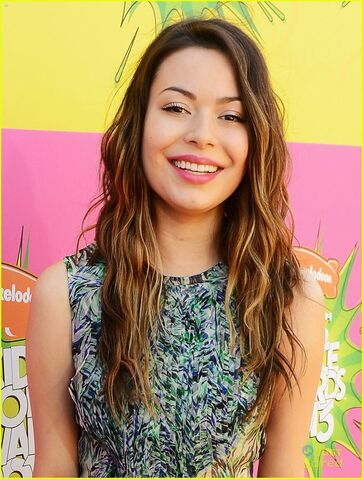 File:Miranda-cosgrove-kids-choice-awards-2013-red-carpet-04.jpg
