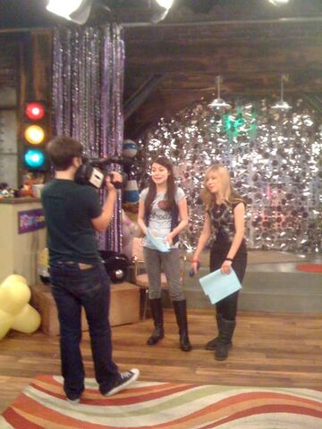 File:Miranda & Jennette shooting a run-thru for iCarly Awards.jpg