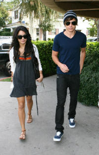 File:Vanessa-hudgens-zac-bakery-114-41 small.jpg
