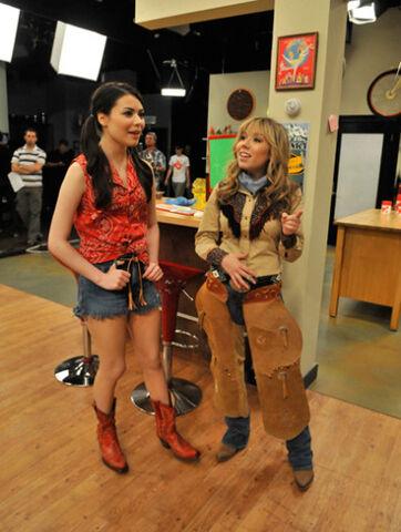 File:Jennette & miranda cowboy in between takes isp.jpg