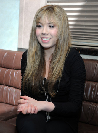 File:Jennette, tour bus pic, tweeted on 05-24-11 5j8cx.jpg