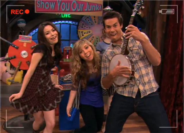 File:Dançando iCarly (Penny tees).png