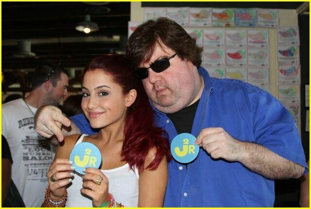 File:Ariana-grande-kenan-thompson-cameo-03.jpeg