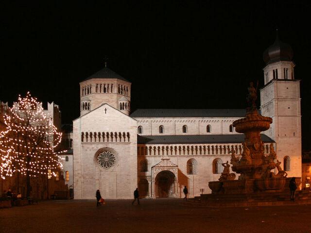 File:Piazza Duomo notturna.jpg