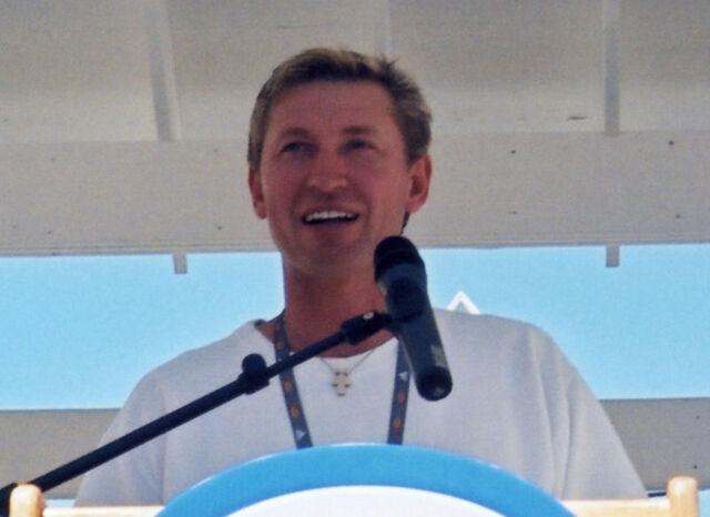File:Gretzky aug2001 closeup.jpg