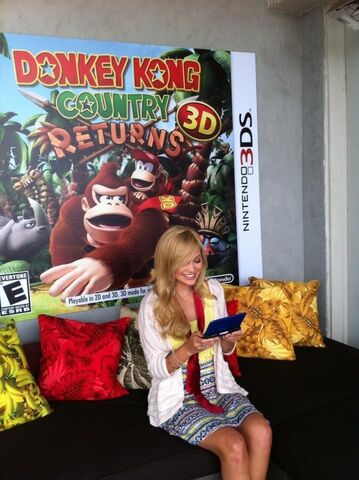 File:Olivia Playing on a 3DS.jpg