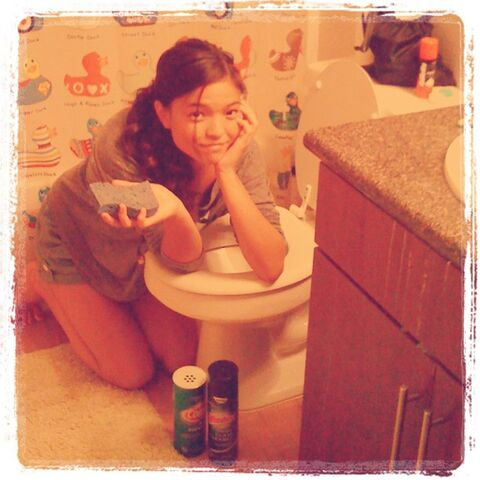 File:Piper Curda Cleaning the Toilet.jpg