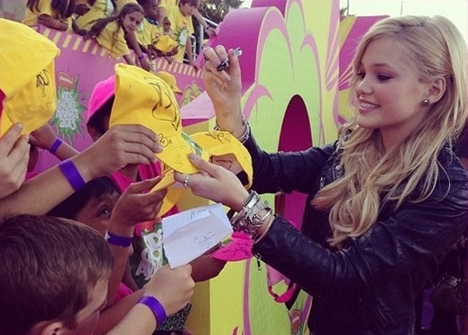 File:Olivia Signing Autographs.jpg