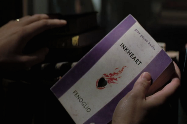 File:Mo holding Inkheart.png