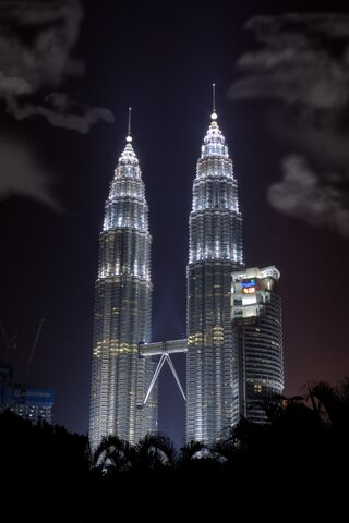 Datei:Twin Tower KLCC Mid Night.jpg