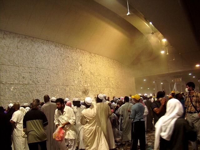 File:Amellie - Stoning of the devil 2006 Hajj.jpg