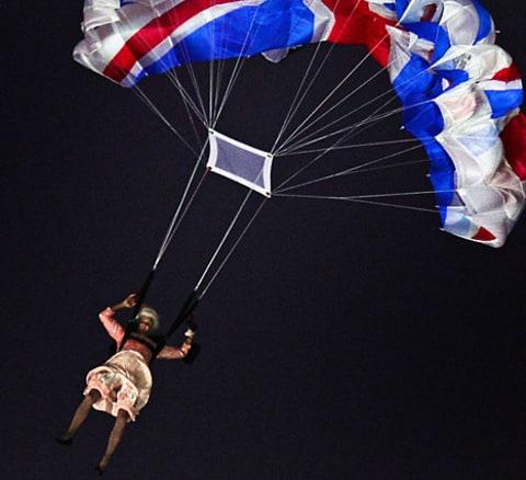 File:Queenparachute-467.jpg