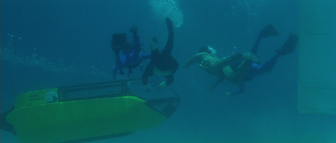Shark Hunter rescues Sanchez (Licence to Kill)