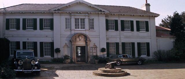 File:On Her Majesty's Secret Service - Bond arrives at Quarterdeck.jpg