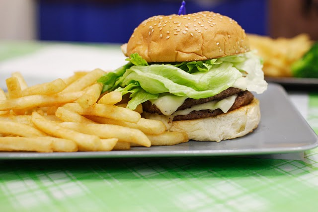 File:Cheesburger and chips.JPG