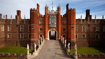 81425340 HamptonCourtPalace1