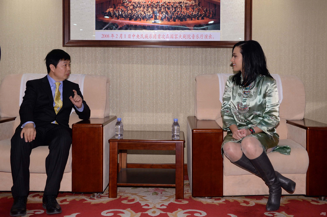 File:China National Orchestra Welcomes Katy Perry 4.png