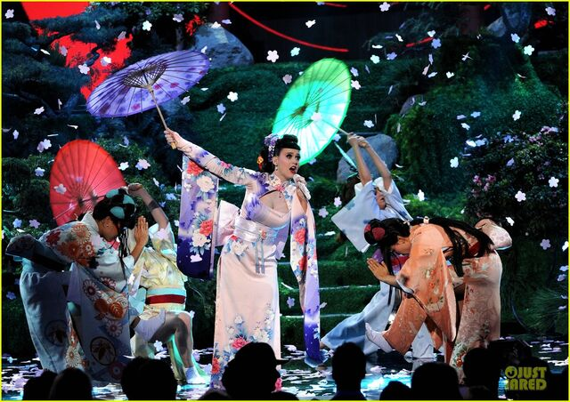 File:Katy-perry-unconditionally-performance-at-amas-2013-video-20.jpg
