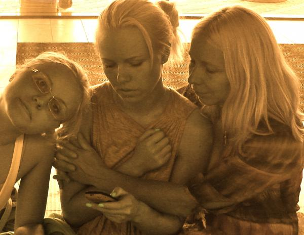 File:Kerli, Sister and Mother.png
