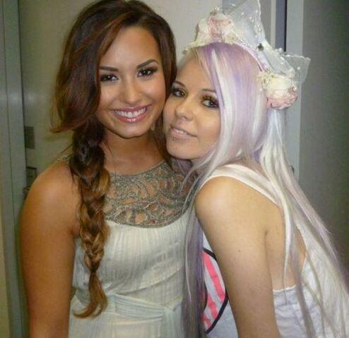 File:Demo Lovato and Kerli.jpg