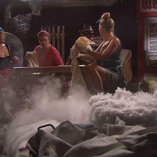Jolanta, Mariola i Sietwana maglują w piwnicy koszulę w odcinku Magiel.