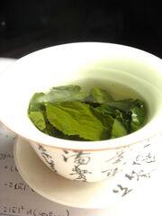 450px-Tea leaves steeping in a zhong čaj 05.jpg