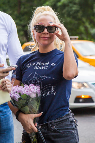 File:7-26-15 Arriving at her apartment in NYC 003.jpg