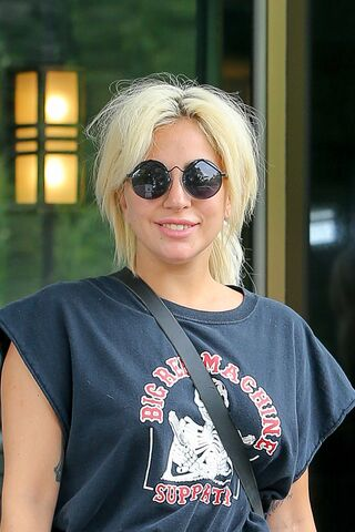 File:6-23-15 Leaving her apartment in NYC 003.jpg