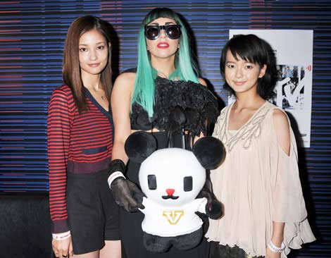 File:6-23-11 With Japanese actresses 001.jpg