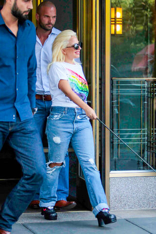 File:6-26-15 Leaving her apartment in NYC 002.JPG