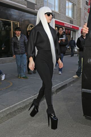 File:3-21-14 Leaving her apartment in NYC 001.jpg