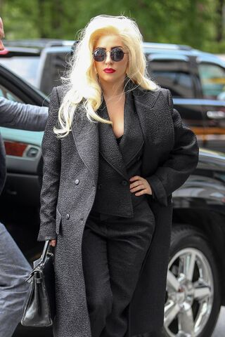 File:5-23-14 Arriving at her apartment in NYC 004.jpg