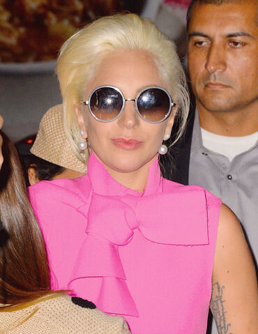 File:10-6-15 Arriving at her apartment in NYC 003.jpg