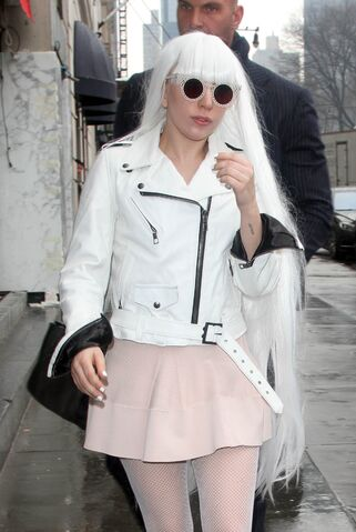 File:2-19-14 Arriving at her apartment 003.jpg