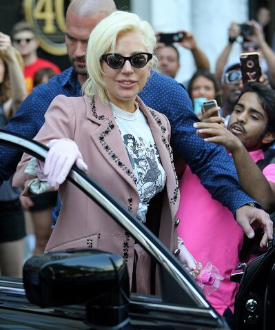File:6-25-15 Leaving her apartment in NYC 002.jpg
