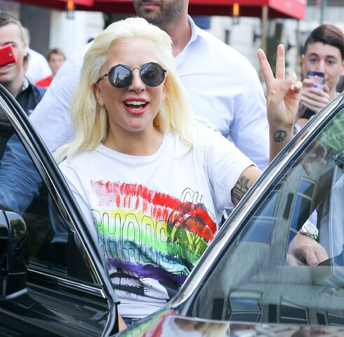 File:6-26-15 Leaving her apartment in NYC 003.jpg